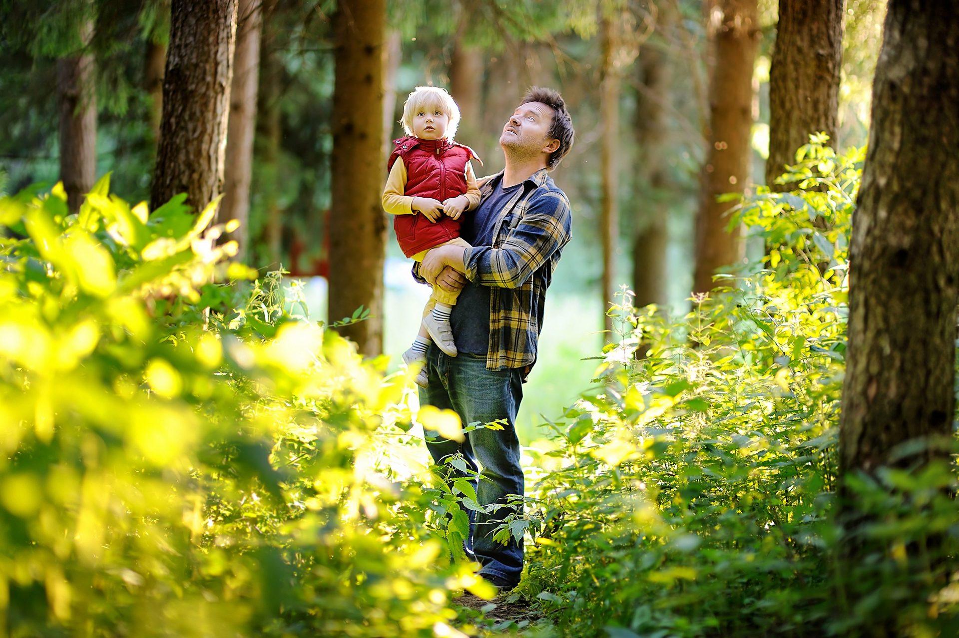 Vader met kind genieten van de natuur